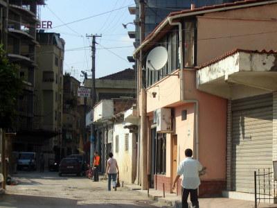 Tirana - w promieniu 50 m od centrum nie wygląda już tak okazale jak stolica powinna wyglądać...