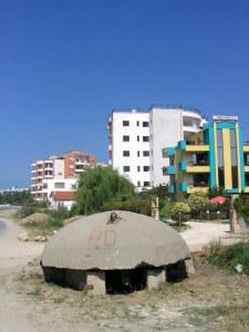 Nowoczesne hotele wmieszane w krajobraz bunkrów