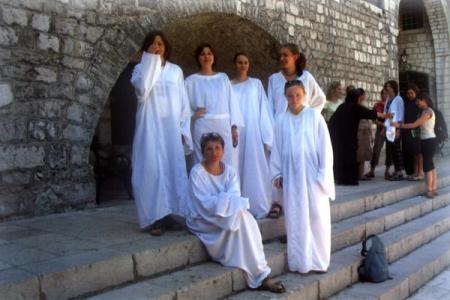 Kobiety przed zwiedzaniem muszą założyc białe szaty