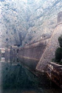 Kotor wygląda jak wykuty w skale port i forteca.