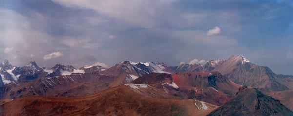 Panorama z wierzchołka KUM-TIUBE (3775,6 m n.p.m.) na stożki wulkaniczne i ELBRUS (to białe na horyzoncie.)