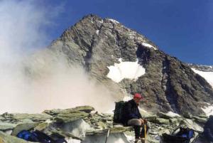 Osiągamy skraj lodowca Ködnitzkees. Widać najwyższy szczyt Austrii- tuż nad naszymi głowami.