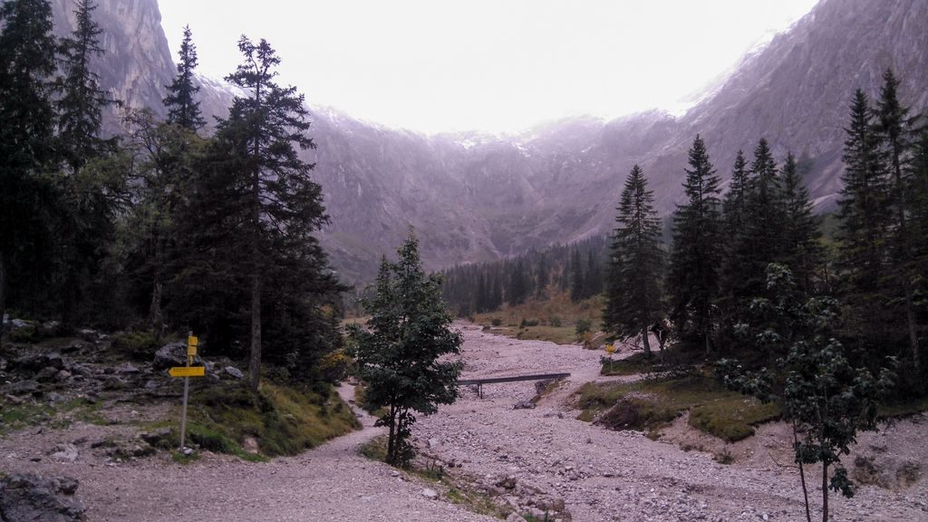 Przed schroniskiem Höllentalangerhütte
