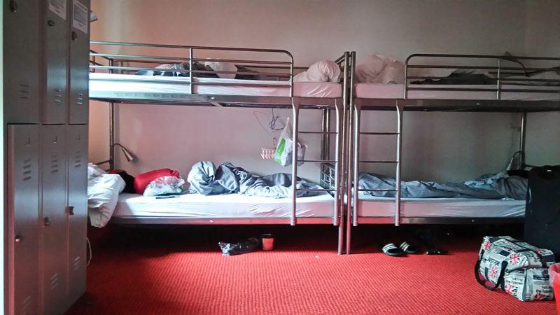 Jeśli w pokoju są wolnostojące łóżka - podaruj sobie piętrowe. Lepiej się wyśpisz na pojedynczym łóżku.